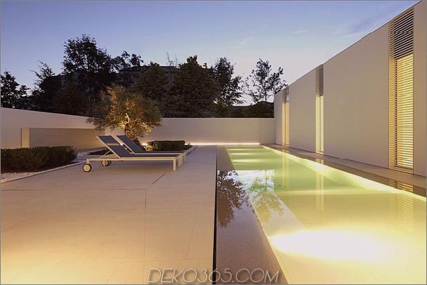 heiter-weißes-haus-mit-ummauerte-outdoor-space-6-evening-poolside.jpg