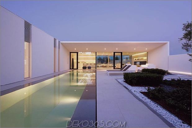 heiter-weißes-haus-mit-ummauerte-außen-raum-7-abend-pool-far.jpg