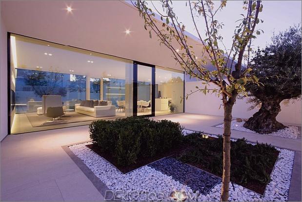 heiter-weißes-haus-mit-ummauerte-outdoor-space-9-rock-gardens.jpg