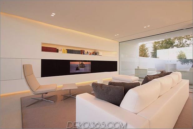 heiter-weißes-haus-mit-ummauerte-außen-raum-11-wohnzimmer-front-angle.jpg