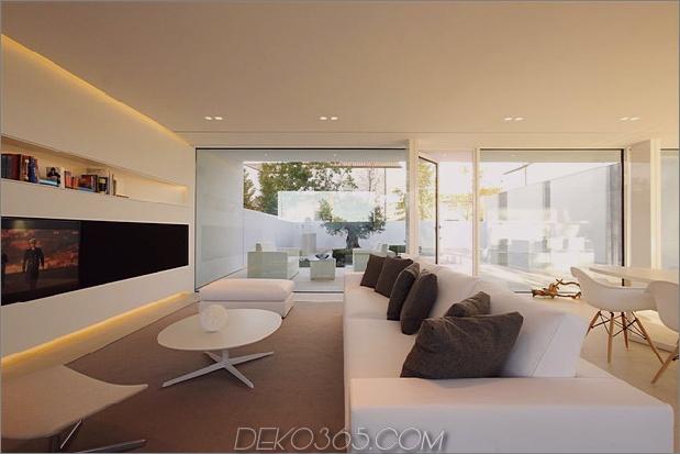 heiter-weißes-haus-mit-ummauerte-außen-raum-14-wohnzimmer-seite.jpg