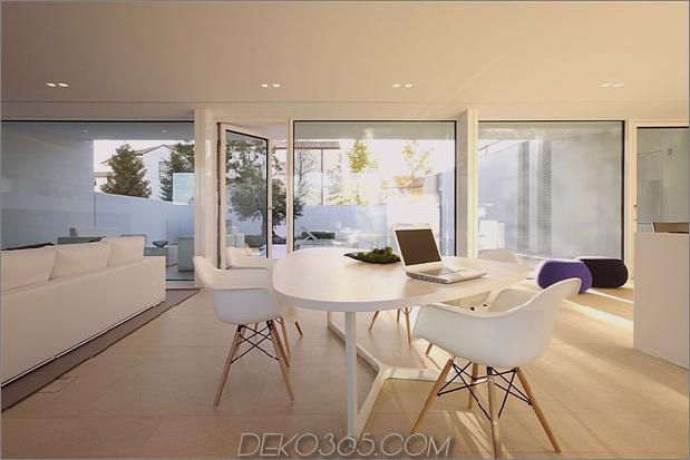 heiter-weißes-haus-mit-ummauerten-außen-raum-15-kitchen-table.jpg