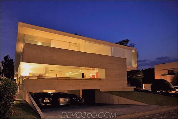 geometrische-Haus-Freischwinger-Master-Suite mit Blick auf den Pool-17-Garage-Abend.jpg