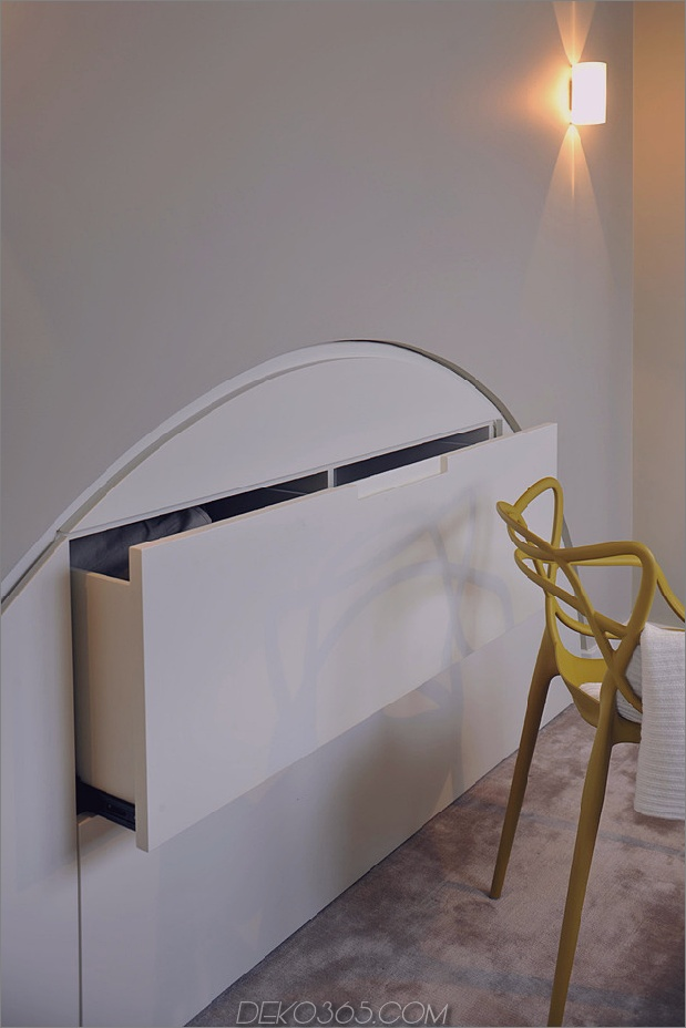 Gothic-Penthouse-wiederbelebt-mit modernen Oberflächen und Pop-of-Color-11.jpg