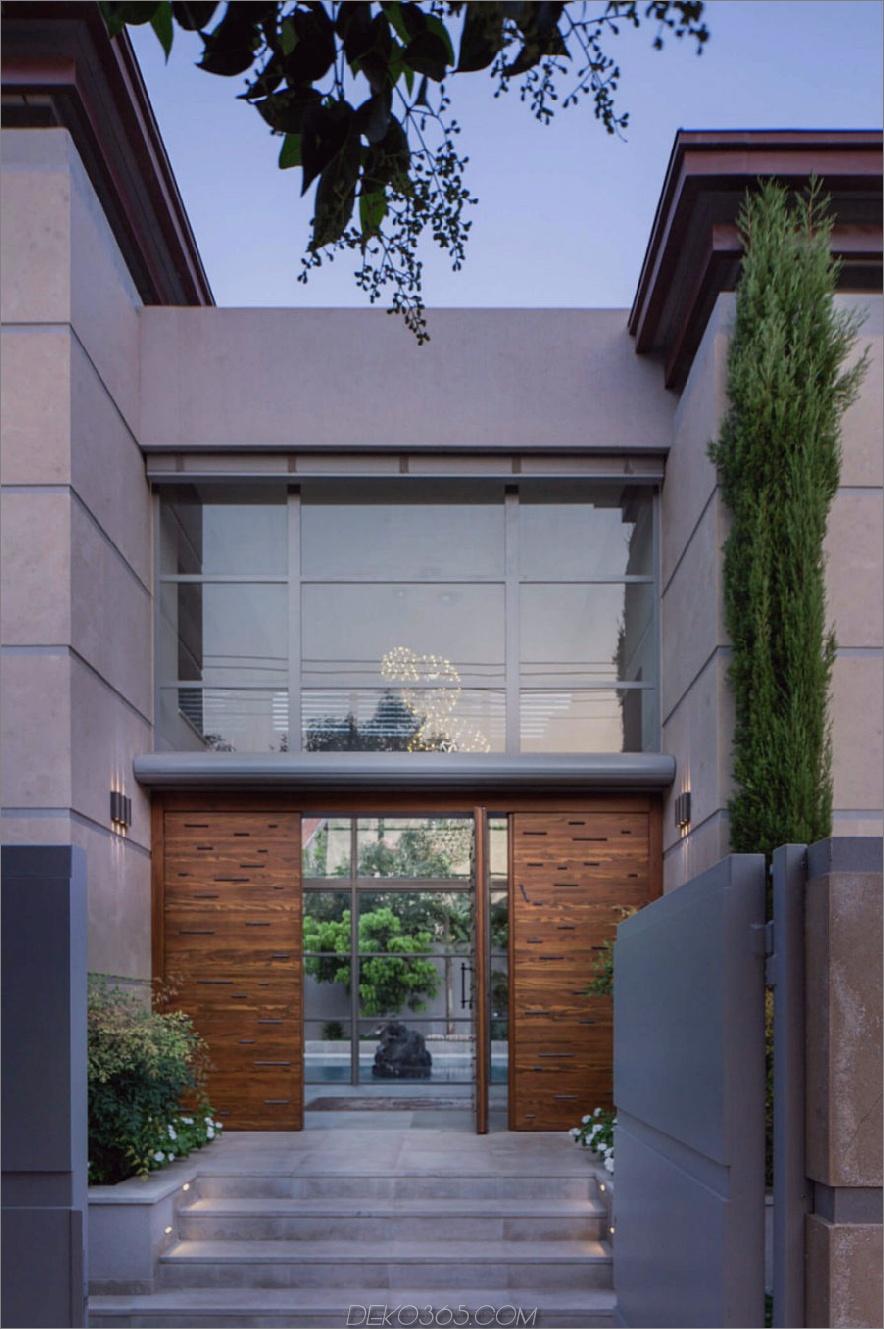 Riesige Eingangstür zum Innenhof 900x1354 Grand Modernist House in Israel öffnet sich zum eigenen Innenhof