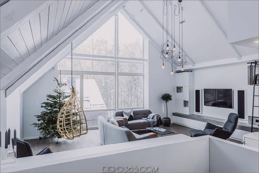 Ein Hängesessel ist eine großartige Ergänzung zu einem offenen Wohnzimmer 900x601 auf Stelzen im litauischen Wald mit stilvollem Interieur