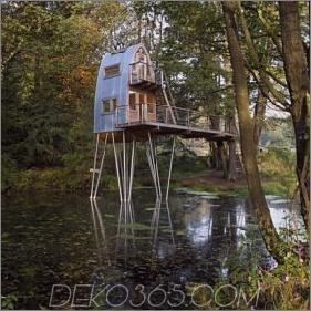 Ungewöhnliche Waldkabine auf Stelzen über Teich