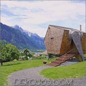 Kompaktes österreichisches Berghaus auf Stelzen