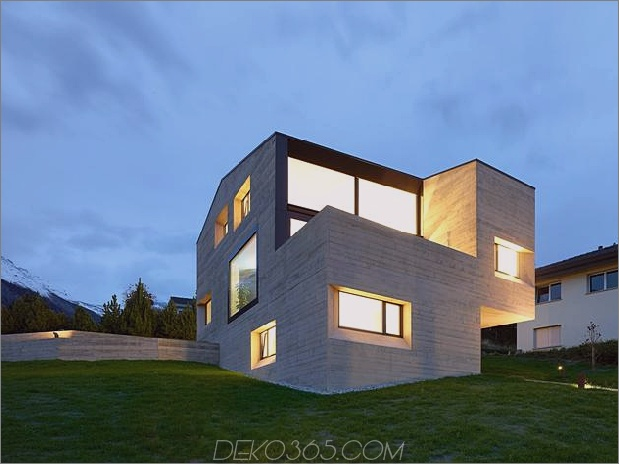 Hanghaus-mit-Holz-Look-Beton-Abdeckung-4-Abend-Heck-Winkel-close.jpg