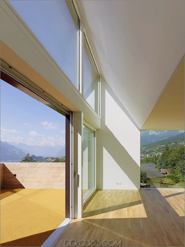 Hanghaus-mit-Holz-Look-Beton-Verkleidung-20-Open-Deck-Tür.jpg