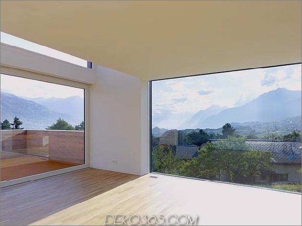 Hanghaus-mit-Holz-Look-Beton-Verkleidung-21-Wohnzimmer-Fenster.jpg