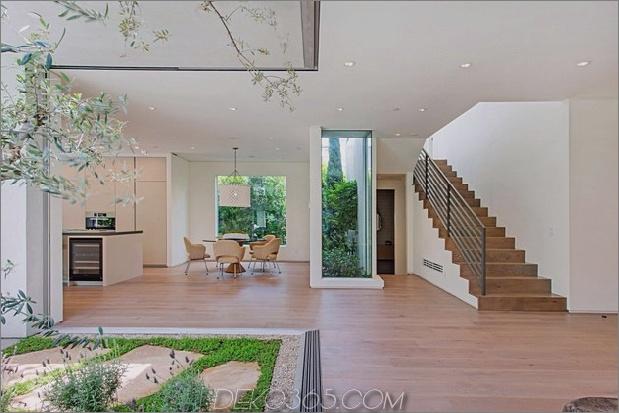 Haus-mit-ebenen-Decks-umgeben von Gärten-31-Küche-Treppen.jpg