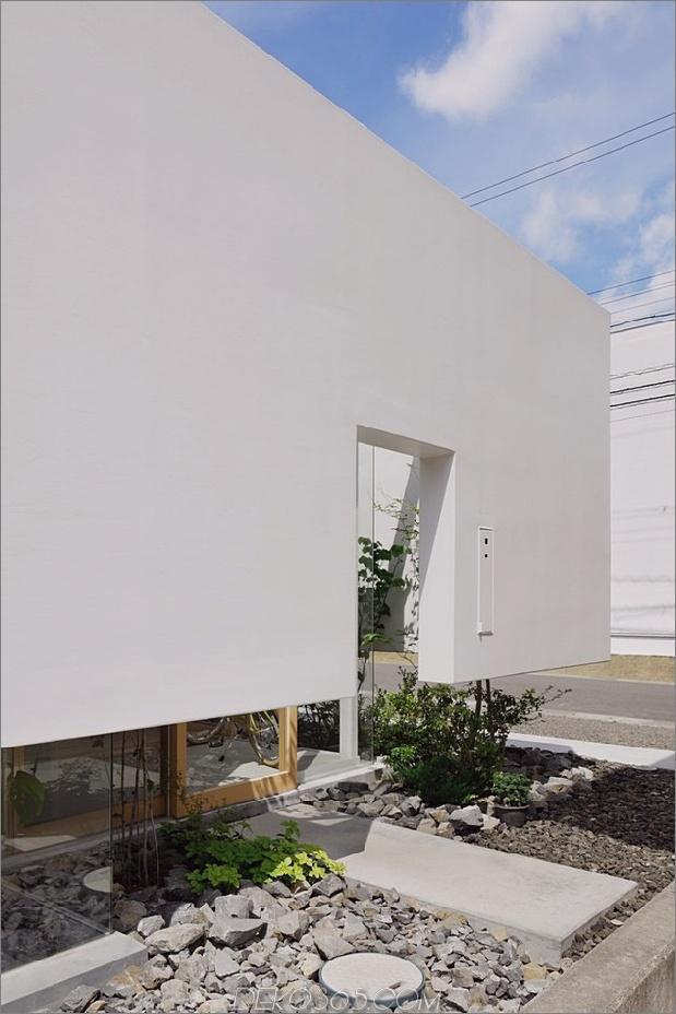Haus-mit-schwimmende-Fassade-Glas-Wände-und-Innenhof-4.jpg