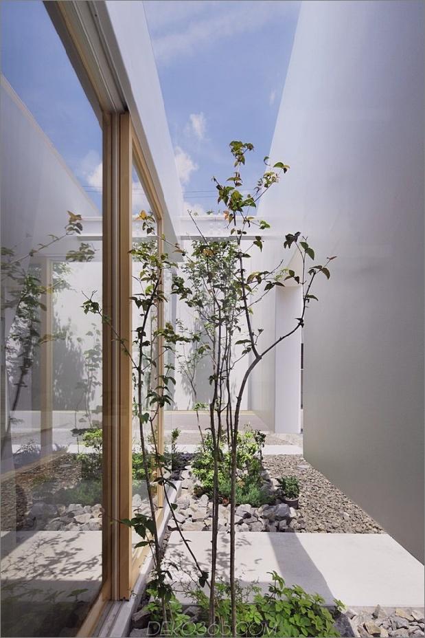 Haus-mit-schwimmende-Fassade-Glas-Wände-und-Innenhof-5.jpg