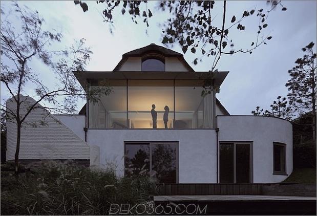 Haus-mit-Stroh-Dach-8-Heck-Abend.jpg
