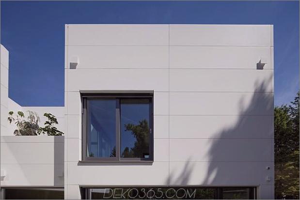 comtemporary-urban-house-with-timber-innerstruktur-11-heckfenster-straight.jpg