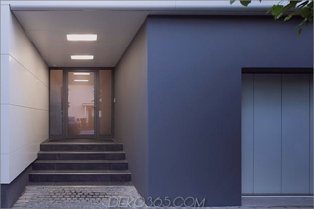 comtemporary-urban-house-with-timber-innere-struktur-15-front-entrance.jpg
