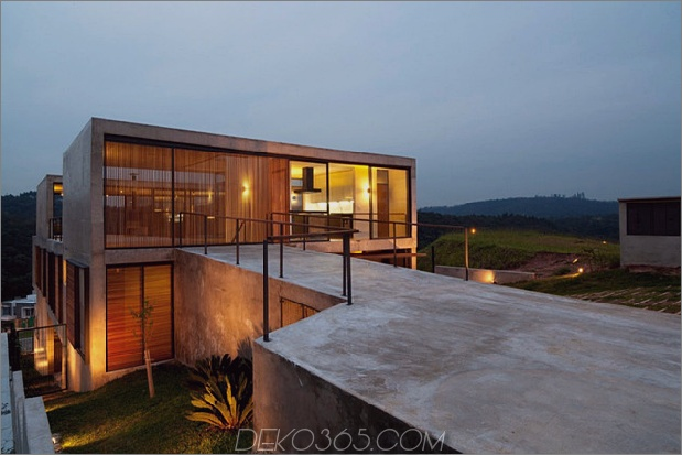 Haus im Freien mit Glaswänden im Innenhof und Innenräumen aus Beton 1 thumb 630x420 29719 Hillside House mit 2 Betonvolumen, 2. Eingang, Brücke