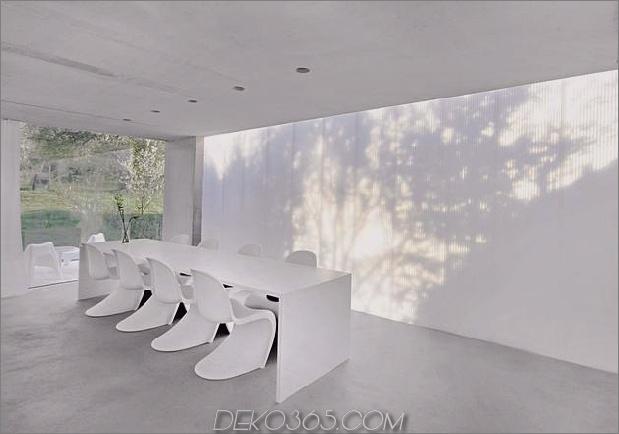 hoch-minimalistisch-Hanghaus-aus-Beton-6-Esstisch.jpg gebaut