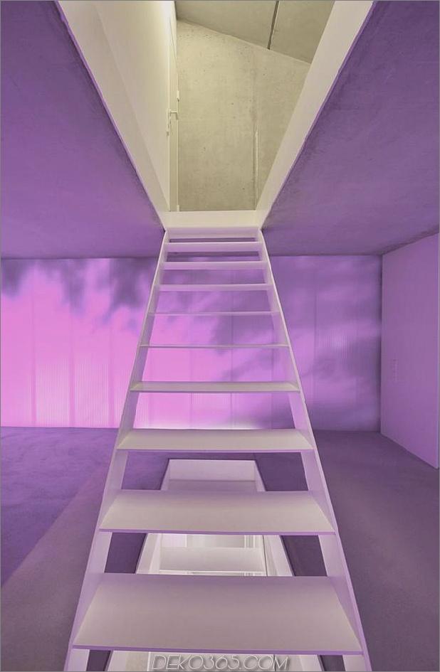 hoch-minimalistisch-Hanghaus-aus-Beton-9-Stufen-Abend.jpg gebaut