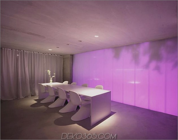 hoch-minimalistisch-Hanghaus-aus-Beton-11-Esstisch-dark.jpg gebaut