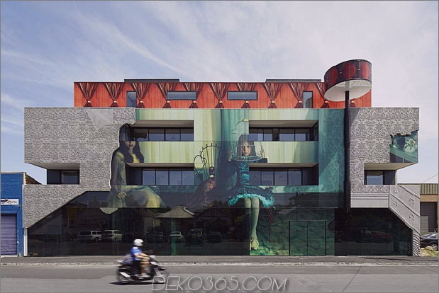 1 Künstlerarchitekt arbeitet zusammen 2 Mädchen bauen Daumen 630xauto 61123 Hausarchitektur wird surreal, wenn sie mit Kunst vermischt wird