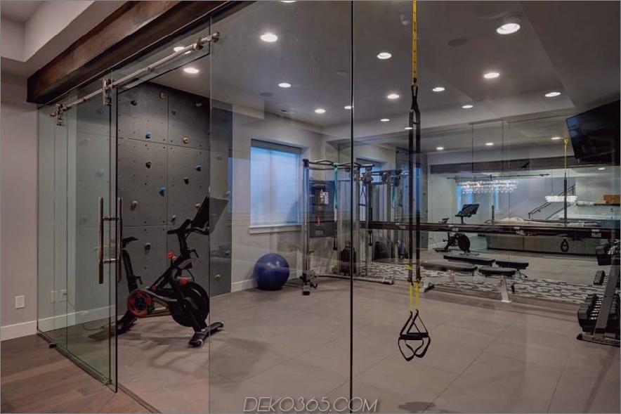 Mit Glas verziertes Fitnessstudio von Finished Basement Company