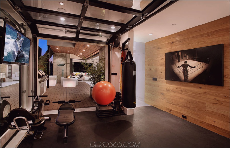 Zeitgenössisches Fitnessstudio mit Garagentor