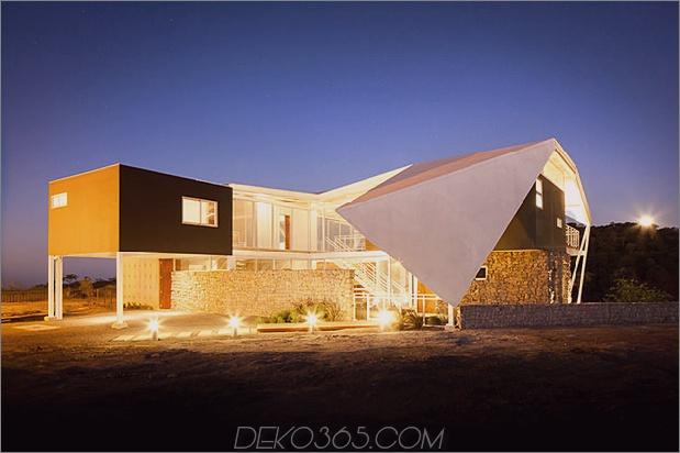 Außenwohnhaus unter geometrischem Vordach 2 vorderer Winkeldaumen 630xauto 35512 Außenwohnhaus unter geometrischem Vordach