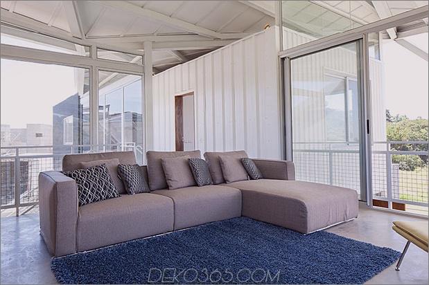im freien-wohnhaus-unter-geometrischen-überdachung-12-wohnzimmer-couch.jpg