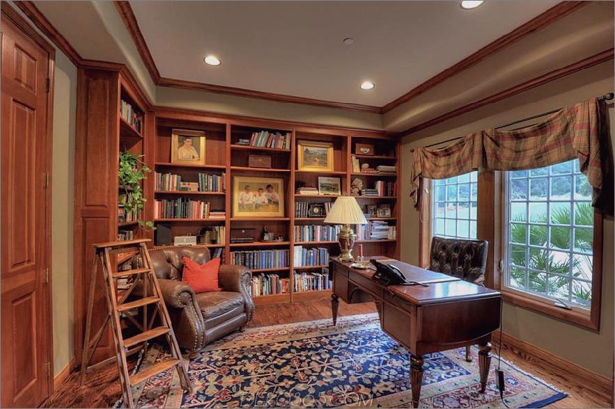 Klassisches Home Office und Bibliothek