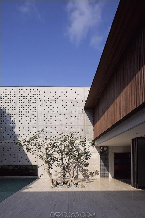 Hof-Haus-Open-to-Outdoor-mit skulpturaler Treppe-4.jpg