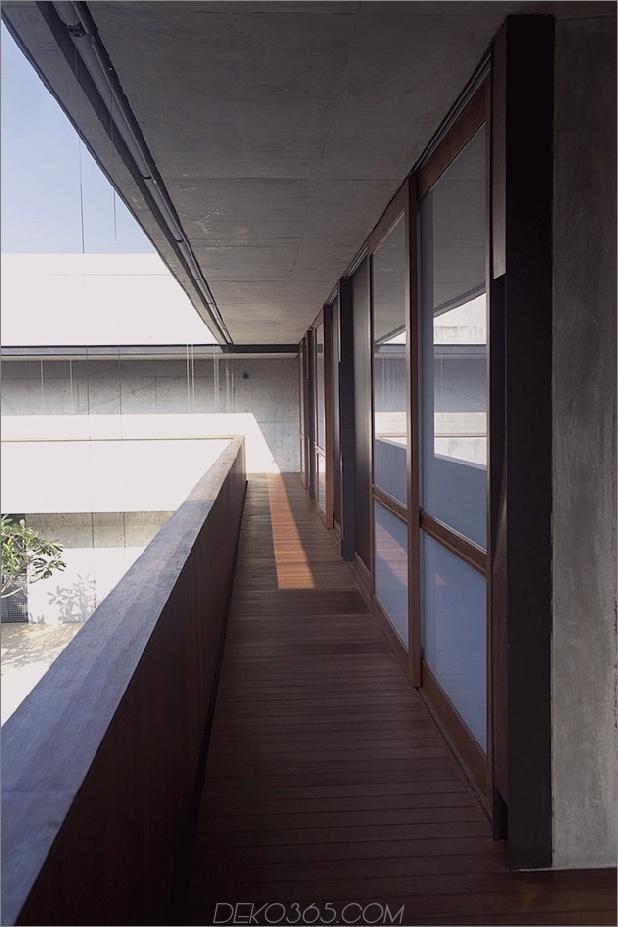 Hof-Haus-Open-to-Outdoor-mit skulpturaler Treppe-9.jpg