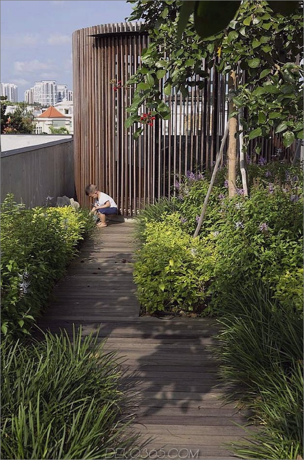 Hof-Haus-Open-to-Outdoor-mit skulpturaler Treppe-10.jpg