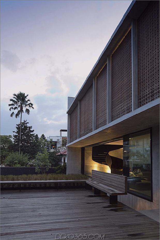 Hof-Haus-Open-to-Outdoor-mit skulpturaler Treppe-11.jpg