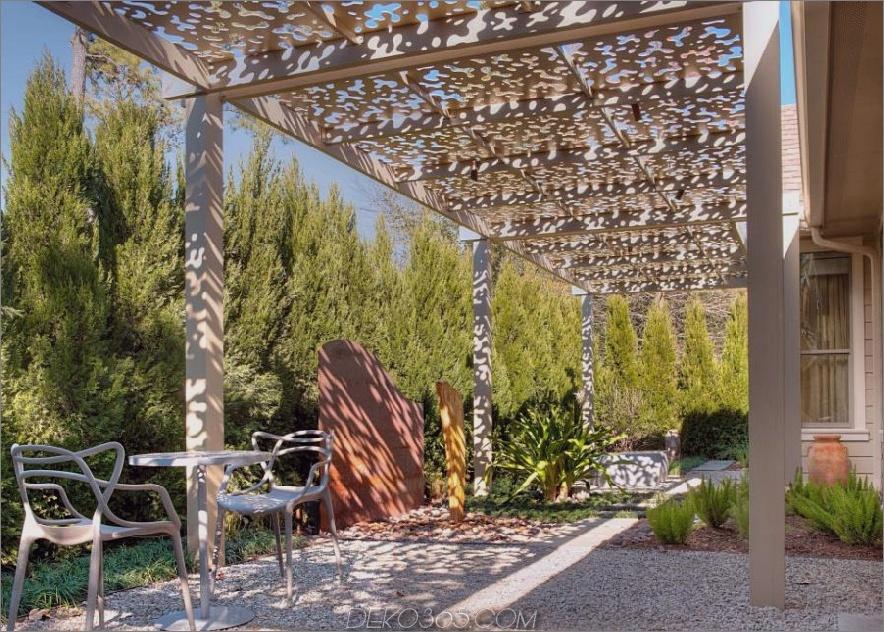 Patio unter Aluminiumlaube von Exterior Worlds Landscaping