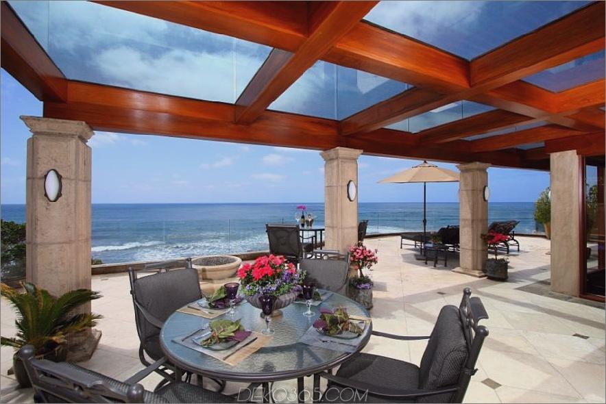Überdachte Terrasse mit einer Sonnenmarkise aus Glas