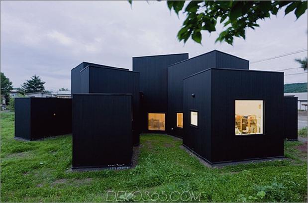 kleines Haus große Wirkung mit schwarzer Fassade weiße Innenräume 1 thumb 630x415 29764 Kleines Haus, große Wirkung mit schwarzer Fassade, weiße Innenräume