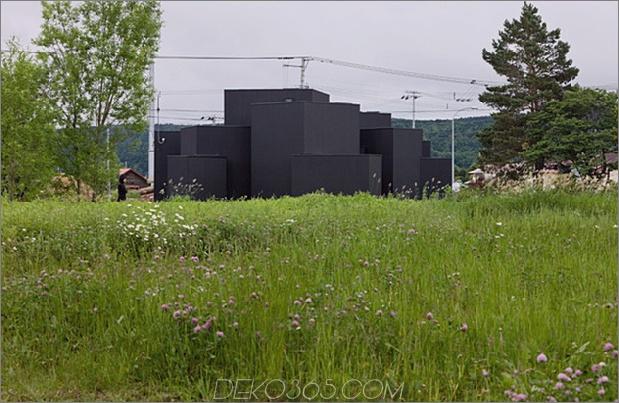 kleines Haus große Wirkung mit schwarzer Fassade weiße Innenräume 2 thumb 630x409 29766 Kleines Haus, große Wirkung mit schwarzer Fassade, weiße Innenräume
