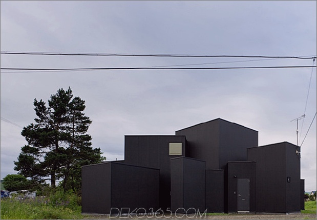 kleines haus-big-impact-with-black-fassade-white-interiors-4.jpg