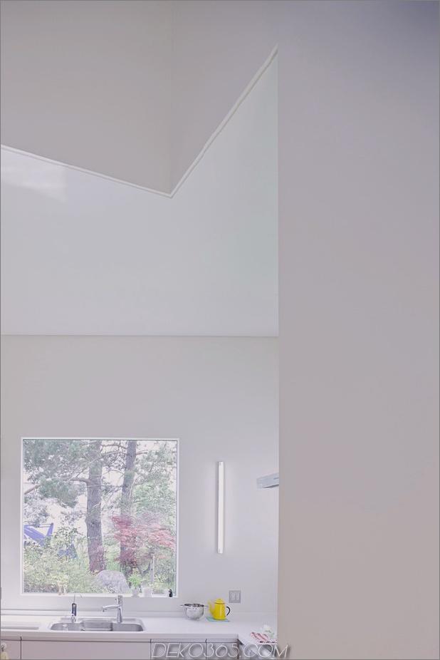 kleines haus-big-impact-with-black-fassade-white-interiors-7.jpg