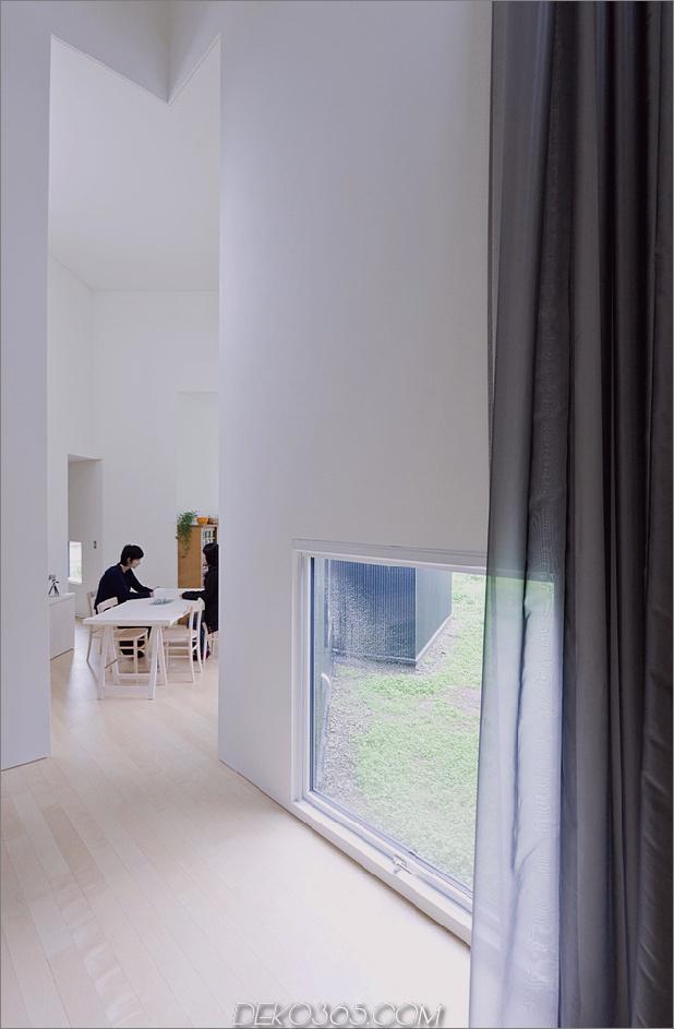 kleines haus-big-impact-with-black-fassade-white-interiors-8.jpg
