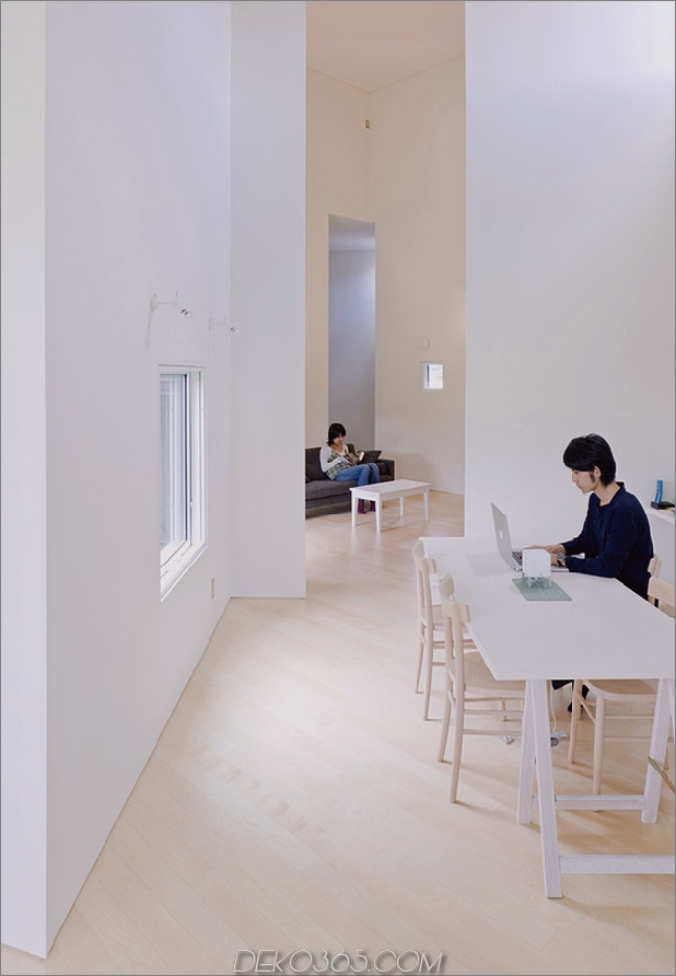 kleines haus-big-impact-with-black-fassade-white-interiors-11.jpg
