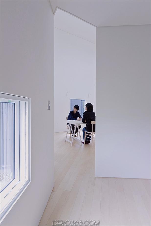 kleines haus-big-impact-with-black-fassade-white-interiors-12.jpg