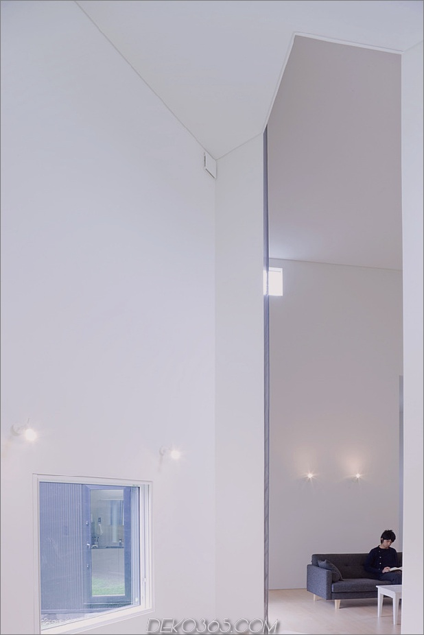 kleines haus-big-impact-with-black-fassade-white-interiors-13.jpg