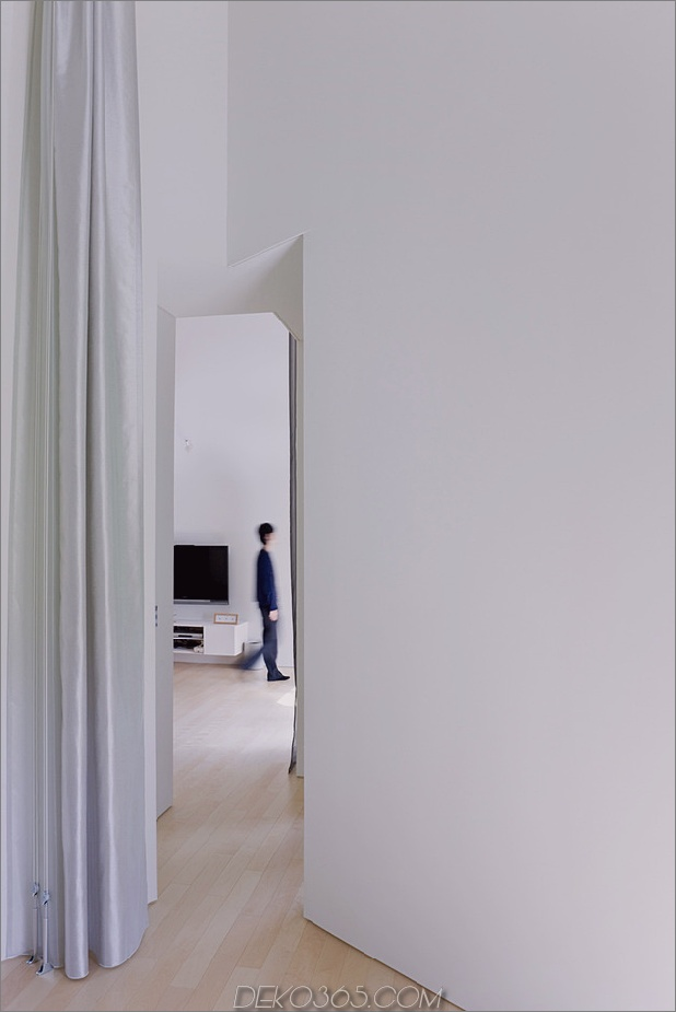 kleines haus-big-impact-with-black-fassade-white-interiors-15.jpg
