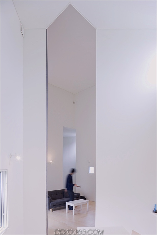 kleines haus-big-impact-with-black-fassade-white-interiors-16.jpg