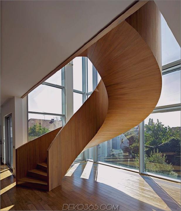 skulptural-rund-treppenhaus-fokus-minimalist-residenz-10-treppen.jpg