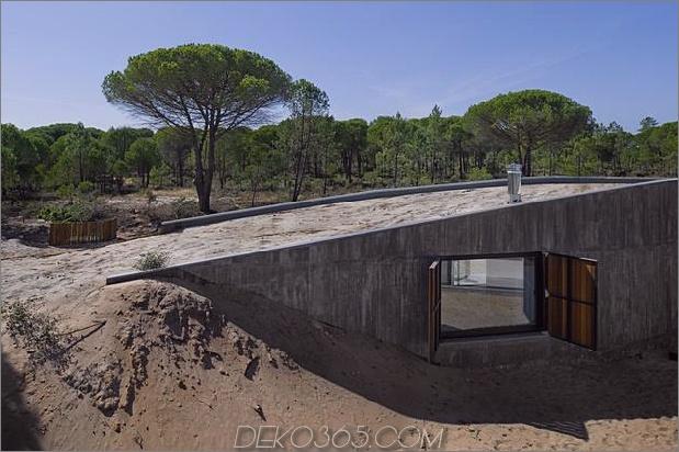 Betonhaus unter künstlichen Sanddünen begraben 1 Dach Daumen 630x419 25610 Betonhaus unter künstlichen Sanddünen begraben