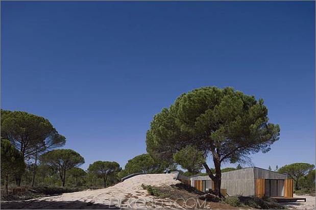 Betonhaus unter künstlichen Sanddünen begraben 2 Dach Zugang thumb 630x419 25612 Betonhaus unter künstlichen Sanddünen begraben